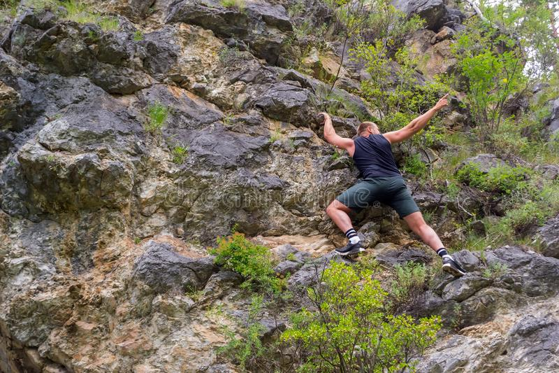 Jeune grimpeur de garçon photos libres de droits
