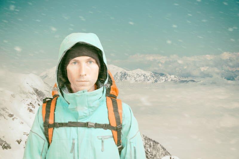 Jeune grimpeur de montagne masculin sur la vue supérieure de montagne d'hiver regardant la caméra Front View Mode de vie actif en photo libre de droits