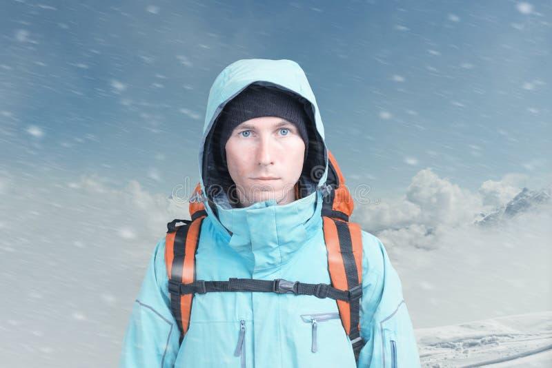 Jeune grimpeur de montagne masculin sur la vue sup?rieure de montagne d'hiver regardant la cam?ra Front View Mode de vie actif en images stock