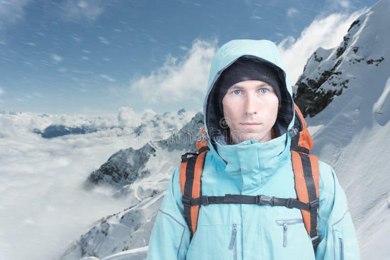 Jeune grimpeur de montagne masculin sur la vue sup?rieure de montagne d'hiver regardant la cam?ra Front View Mode de vie actif en photos stock