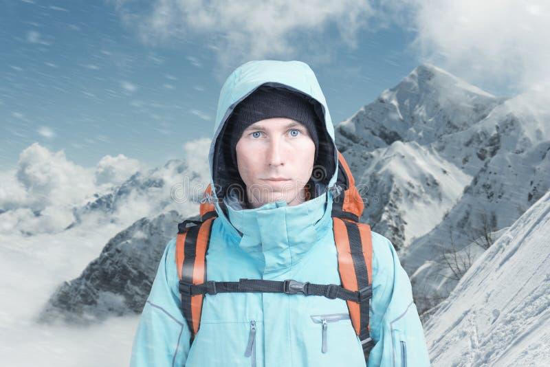 Jeune grimpeur de montagne masculin sur la vue sup?rieure de montagne d'hiver regardant la cam?ra Front View Mode de vie actif en photographie stock libre de droits