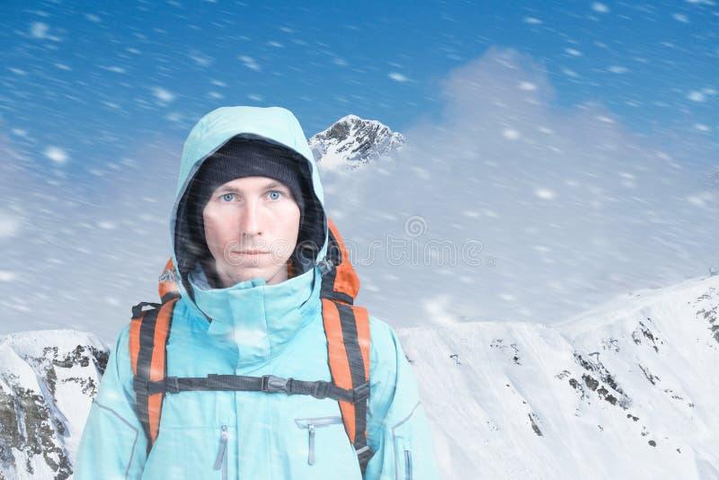 Jeune grimpeur de montagne masculin sur la vue sup?rieure de montagne d'hiver regardant la cam?ra Front View Mode de vie actif en image libre de droits