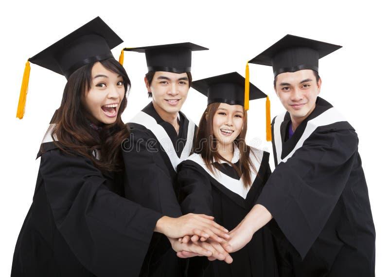Jeune groupe d'étudiants de troisième cycle avec le geste de succès