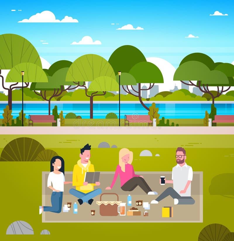 Jeune groupe de pique-nique de week-end d'amis dans des personnes de parc s'asseyant dehors sur la détente d'herbe illustration stock