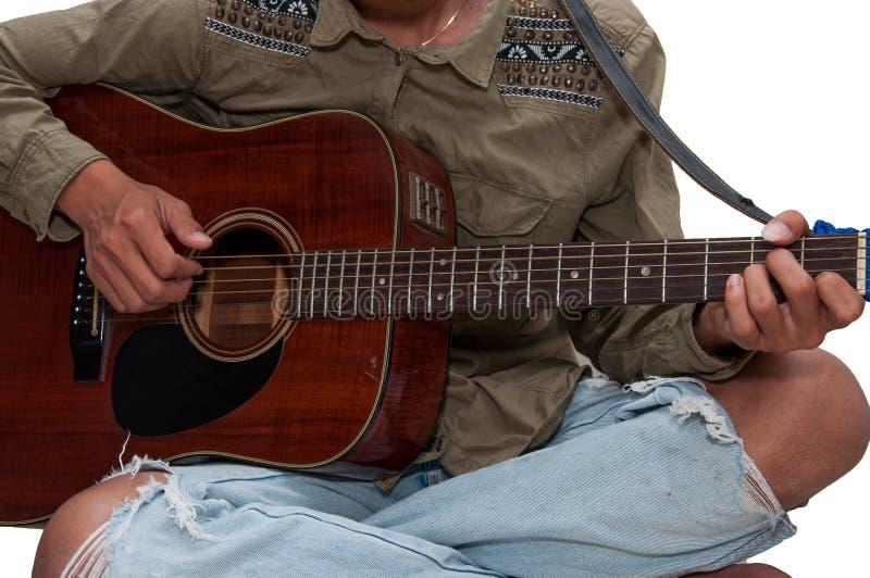 Jeune guitare du ` s jouant heureusement en vacances photo libre de droits