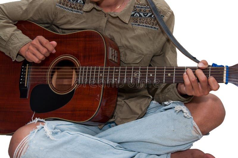 Jeune guitare du ` s jouant heureusement en vacances photos libres de droits