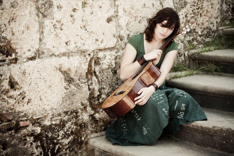 Jeune guitariste image stock