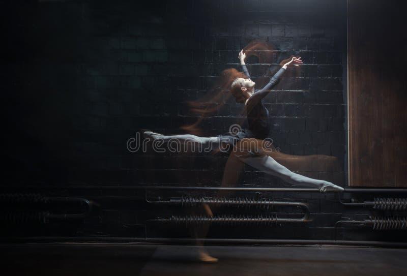 Jeune gymnaste féminin lui montrant la ficelle sur le fond foncé photo libre de droits