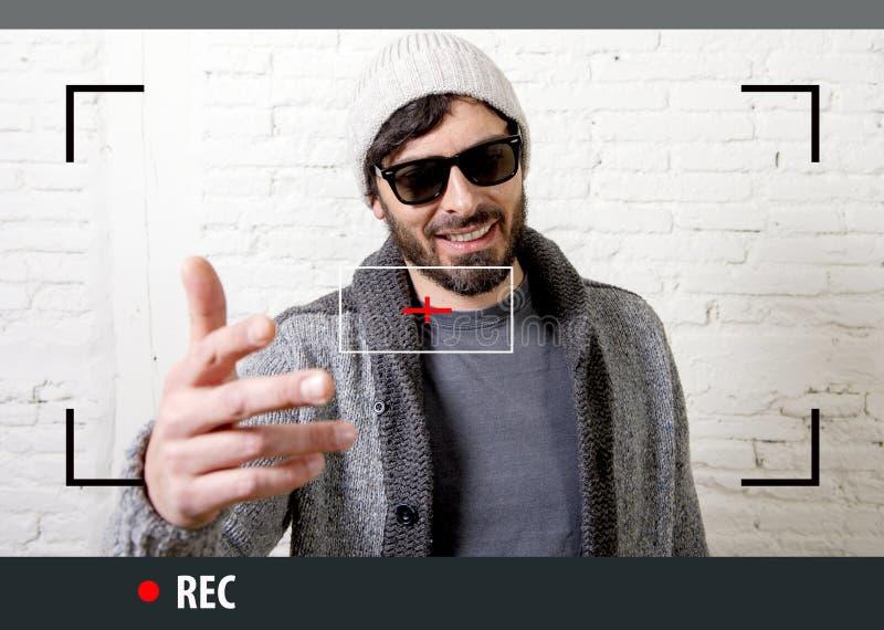 Jeune hippie attirant et homme à la mode de style dans l'enregistrement visuel de blogger de selfie et d'Internet photographie stock