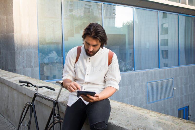 Jeune hippie avec la bicyclette images stock