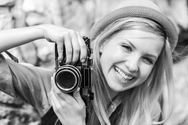 Jeune hippie avec le rétro appareil-photo de photo photo stock
