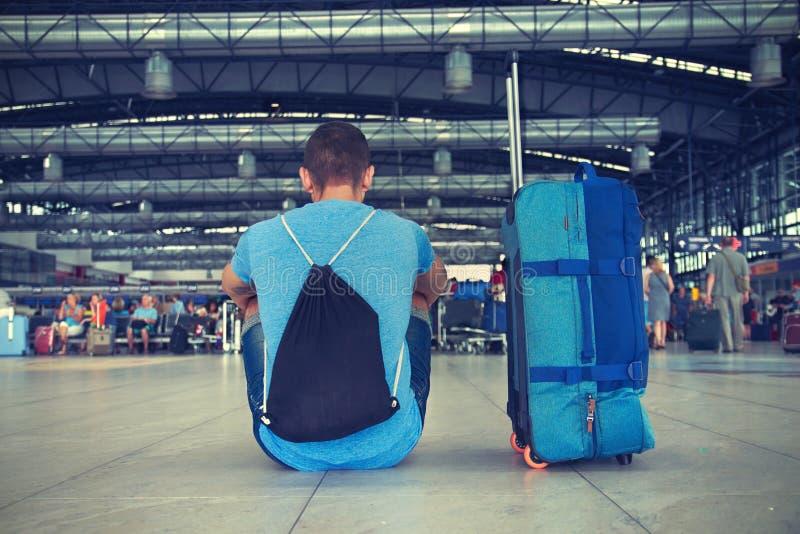 Jeune homme à l'aéroport photographie stock libre de droits