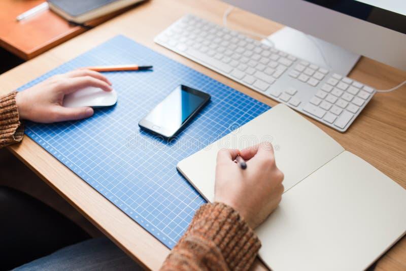 Jeune homme à la maison utilisant un ordinateur, un promoteur indépendant ou un fonctionnement de concepteur image libre de droits