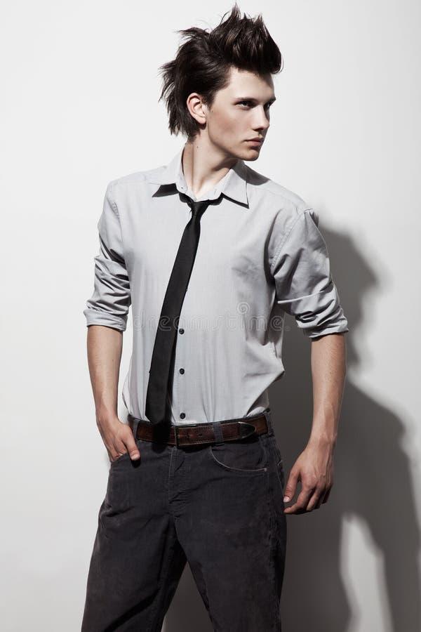 Jeune homme à la mode photo libre de droits