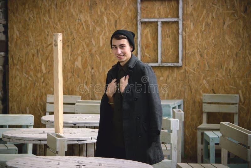 Jeune homme à la mode avec la barbe minuscule dans l'intérieur de café image libre de droits