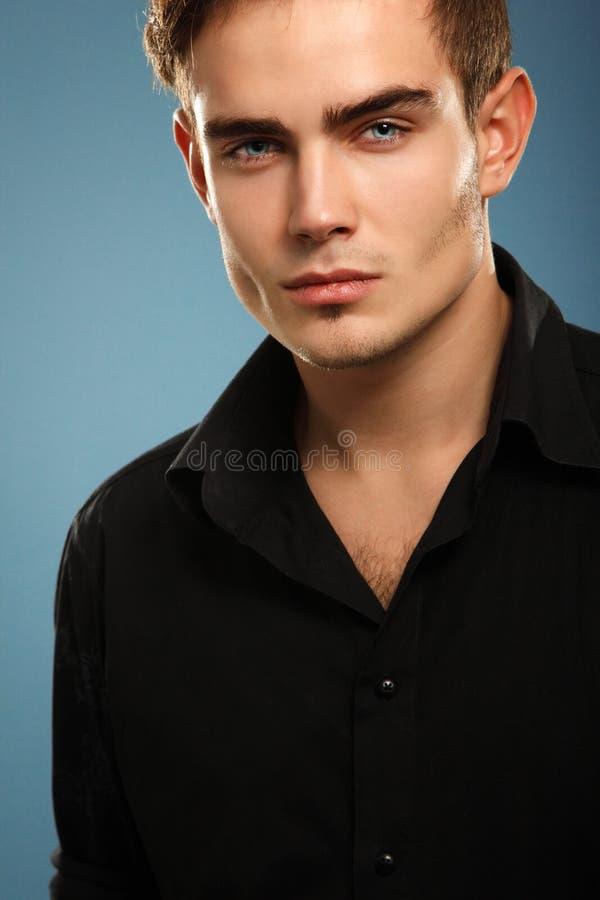 Jeune homme à la mode beau dans la chemise noire, portrait de fashi sexy photographie stock