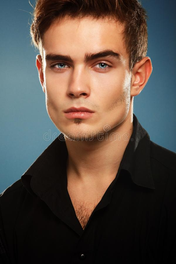 Jeune homme à la mode beau dans la chemise noire, portrait de fashi sexy image libre de droits