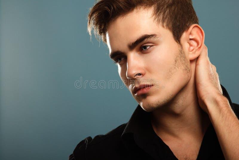 Jeune homme à la mode dans la chemise noire, portrait de lo sexy de garçon de mode images stock