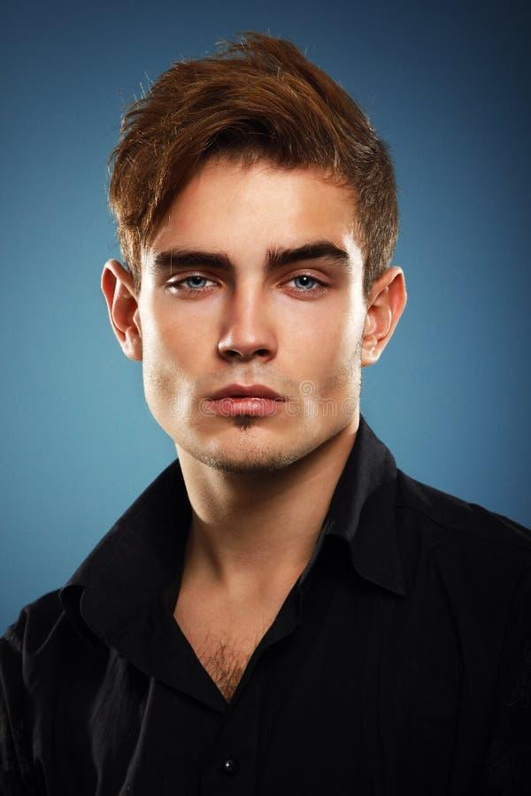 Jeune homme à la mode dans la chemise noire, portrait de lo sexy de garçon de mode photographie stock libre de droits