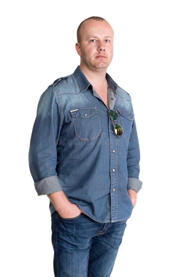 Jeune homme à la mode dans des jeans photo stock