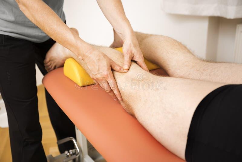 Jeune homme à la physio- thérapie image stock