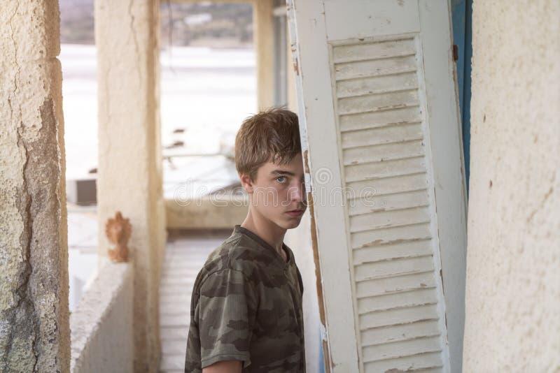 Jeune homme à un endroit perdu photographie stock