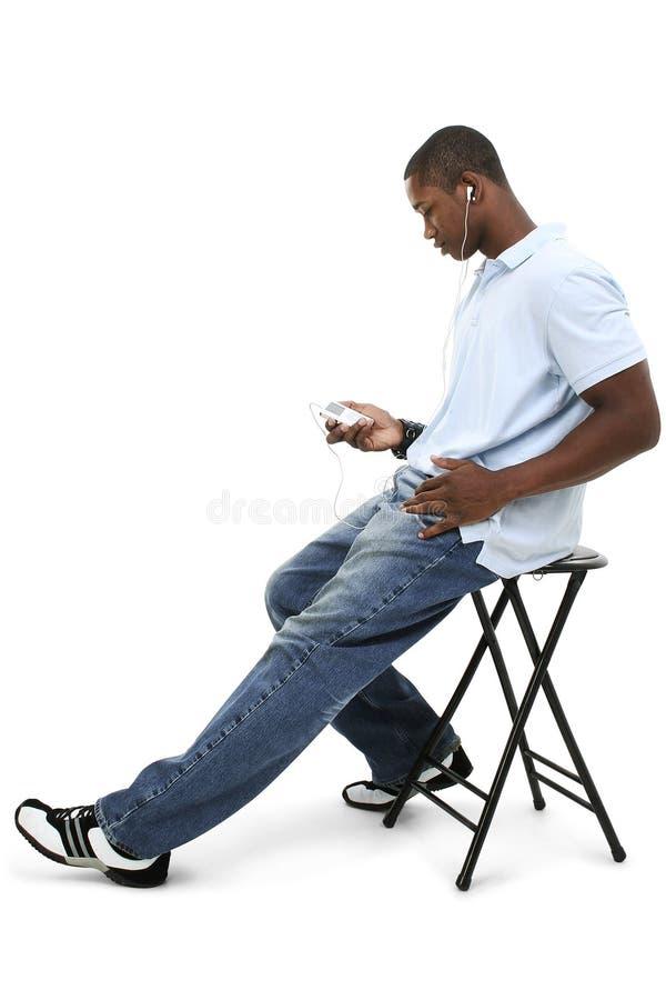 Jeune homme écoutant la musique images stock