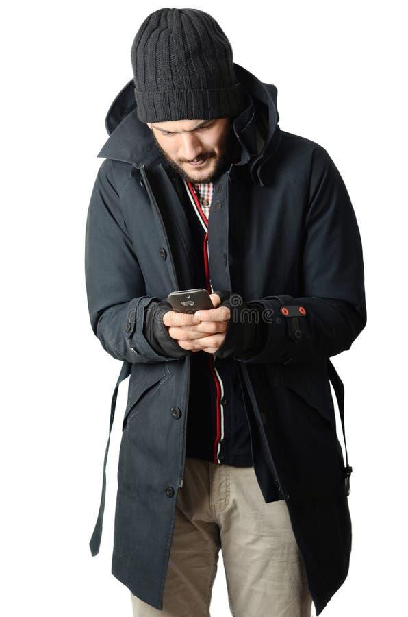 Jeune homme écrivant un message photographie stock