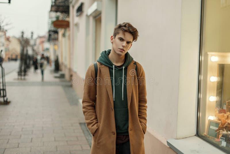 Jeune homme élégant beau avec un manteau d'automne de vintage image libre de droits