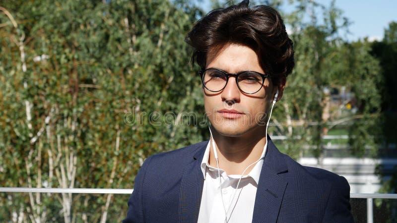 Jeune homme élégant d'affaires se tenant dans la ville photo libre de droits