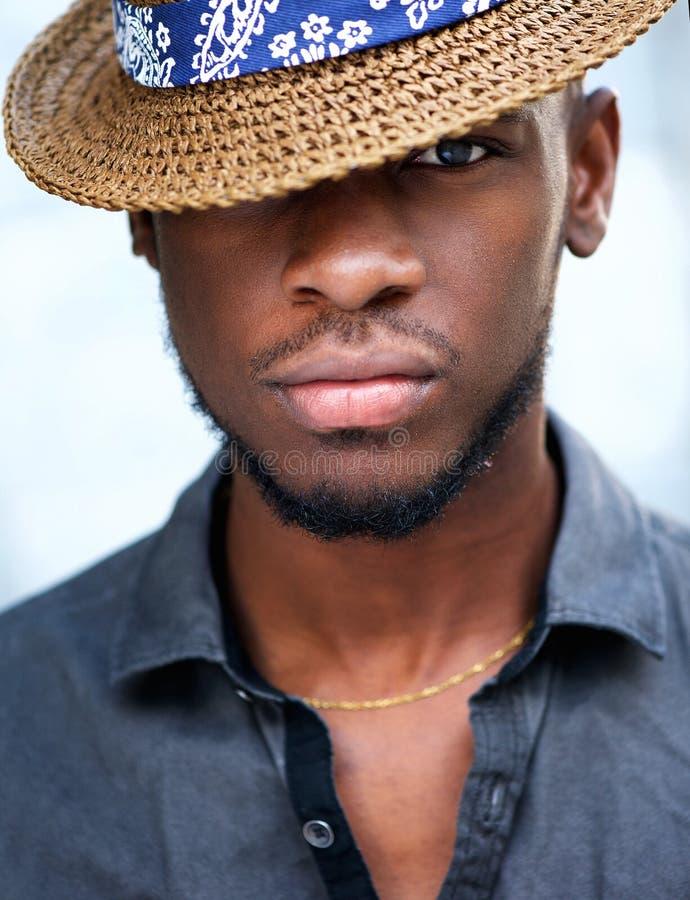 Jeune homme élégant d'afro-américain avec le chapeau photo stock