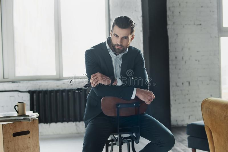 Jeune homme élégant dans un costume et un noeud papillon Type d'affaires Image à la mode Robe de soirée Position et regard d'homm photographie stock libre de droits