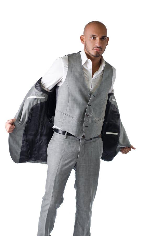 Jeune homme élégant et chauve dans le costume photographie stock libre de droits