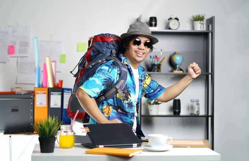 Jeune homme élégant prêt à aller voyage Grand sac à dos de transport à O image stock