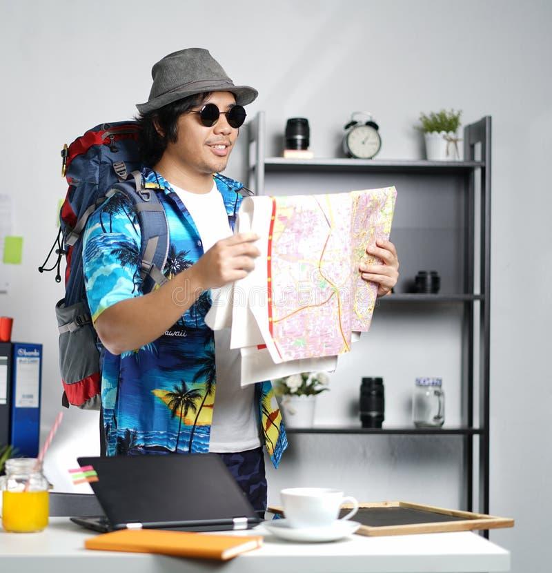 Jeune homme élégant prêt à voyager Grand sac à dos de transport et Rea image stock