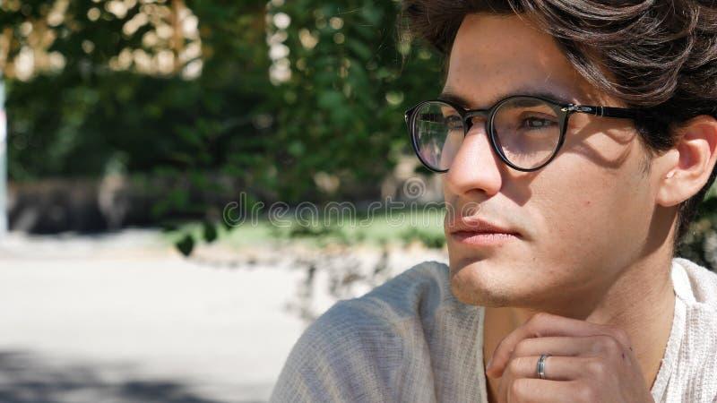 Jeune homme élégant se tenant en parc de ville images libres de droits