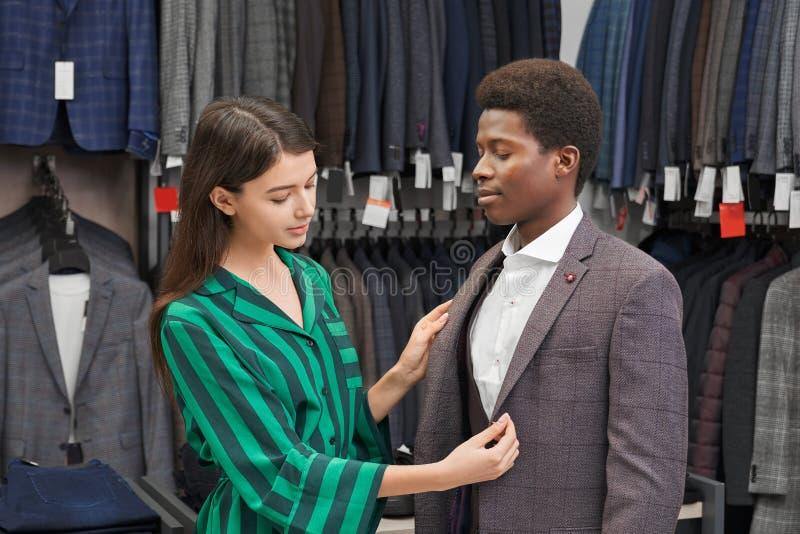 Jeune homme équipant la veste grise de la copie à la mode photos libres de droits