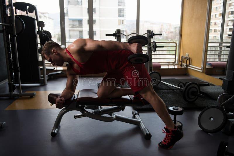 Jeune homme établissant le triceps photographie stock