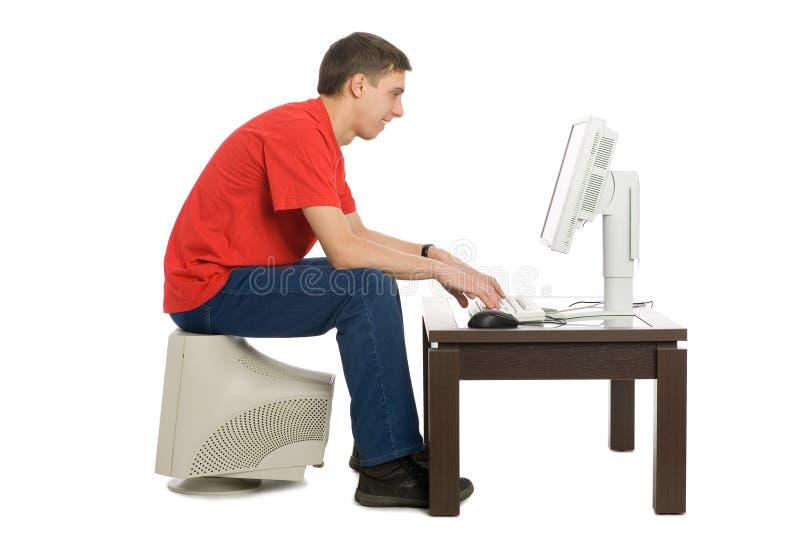 Jeune homme acheté un ordinateur neuf photographie stock libre de droits