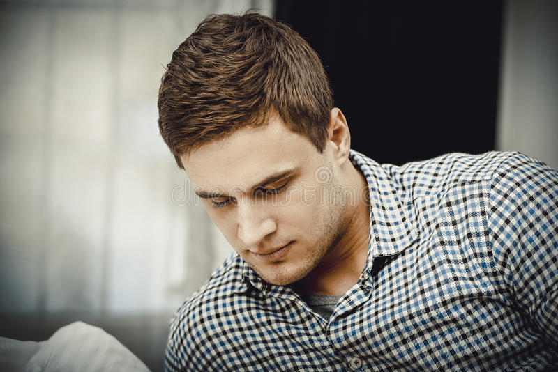 Jeune homme adulte beau dans la chambre à coucher photo libre de droits