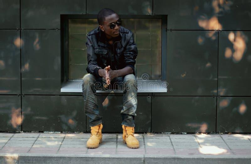 Jeune homme africain élégant dans la ville photos stock