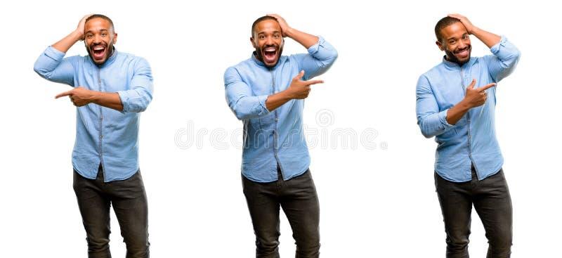 Jeune homme africain d'isolement au-dessus du fond blanc photos libres de droits