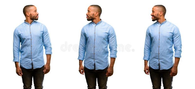 Jeune homme africain d'isolement au-dessus du fond blanc images libres de droits