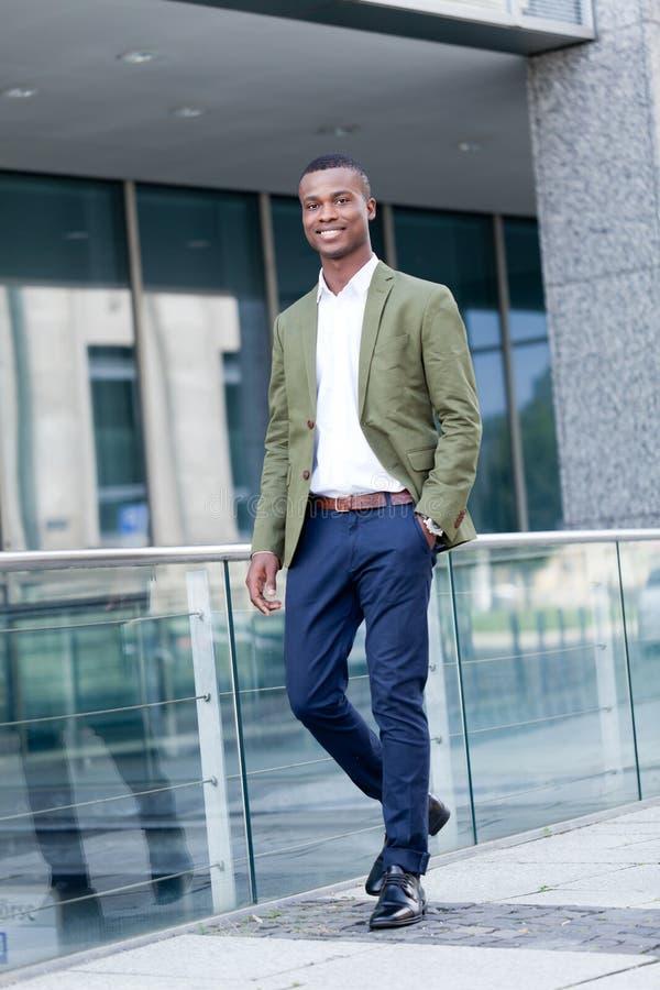 Jeune homme africain réussi d'affaires extérieur en été photos stock