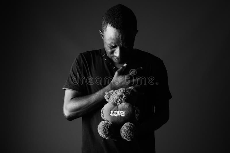 Jeune Homme Africain Triste Avec Lours De Nounours Et Texte