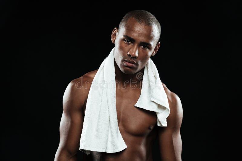 Jeune homme afro-américain de sports avec la serviette blanche sur ses épaules images libres de droits