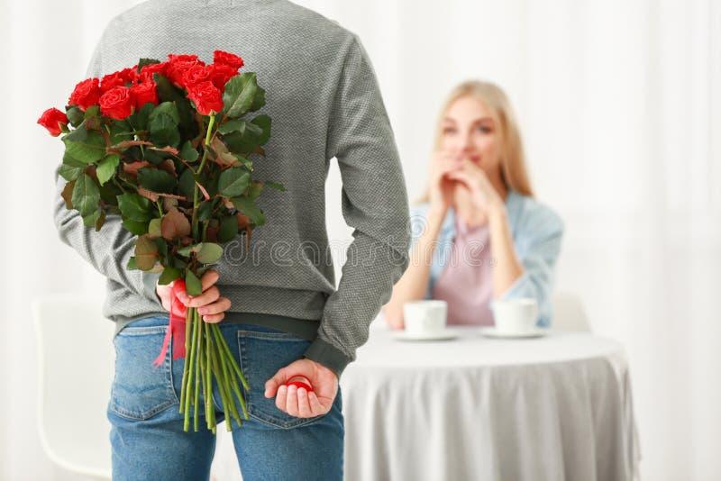 Jeune homme allant faire la proposition dans le restaurant photos stock