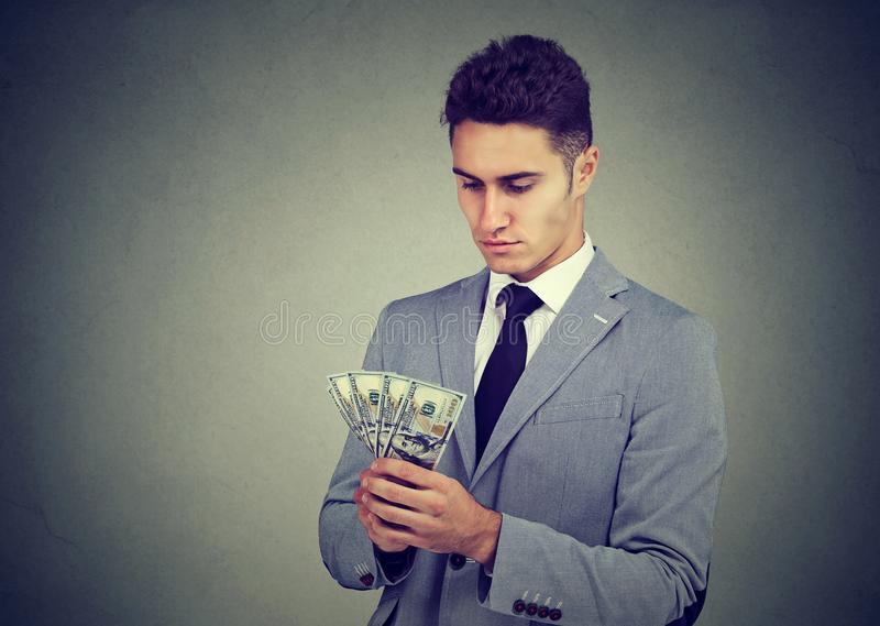 Jeune homme ambitieux d'affaires avec l'argent images libres de droits