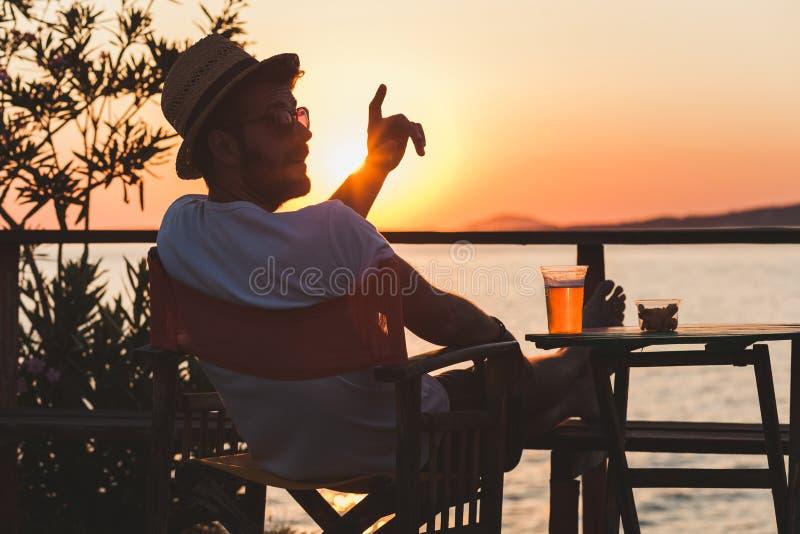 Jeune homme appréciant à une barre de plage photo libre de droits