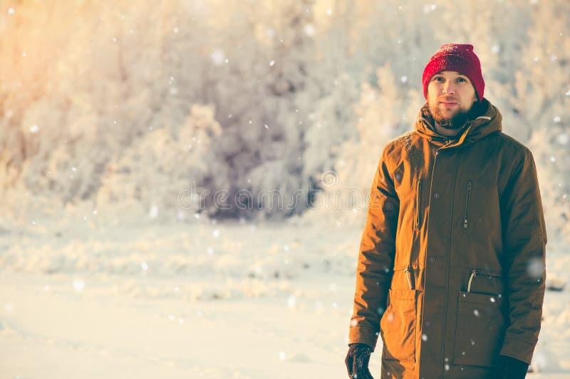 Jeune homme appréciant la marche de temps de neige extérieure photos libres de droits